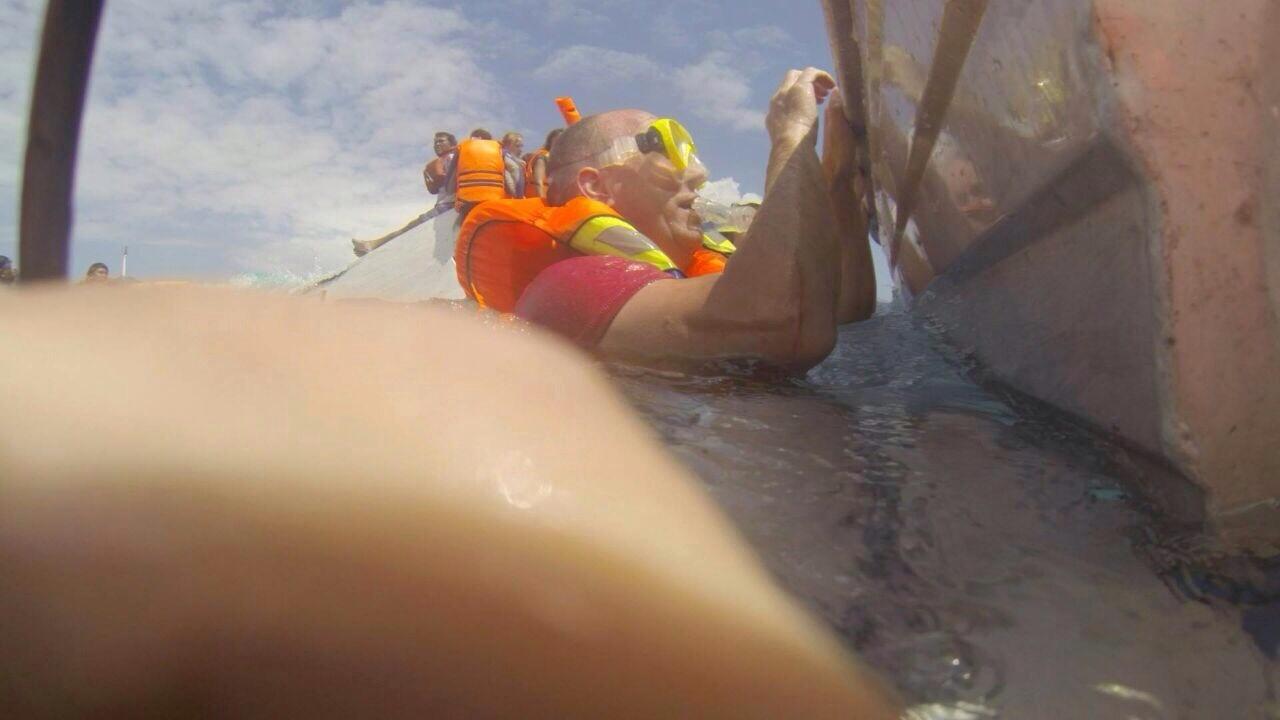 Fotokatern, FOTO BERTRAND HOMASSEL Hangend aan de sloep in degolven
