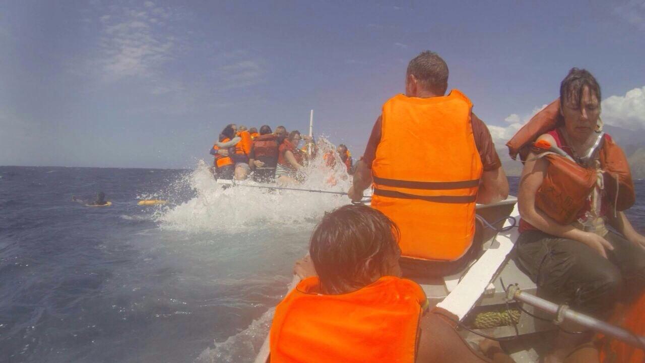 Fotokatern, FOTO BERTRAND HOMASSEL 's ochtends keren we met de sloep terug naar de bemanning op het zinkende schip – rechtsvoorMarjan